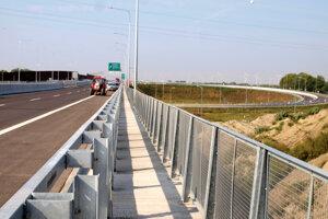 Na snímke stavbári robia posledné dokončovacie práce na Lužanskom moste.