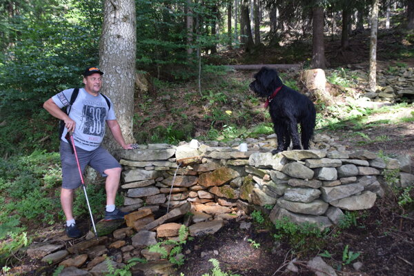 Na potulkách lesom nie je Janko sám. Spoločnosť mu robí verný priateľ.