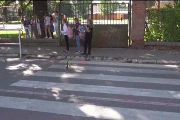 Na priechode pred základnou školou pred pár dňami zrazilo auto školáčku.