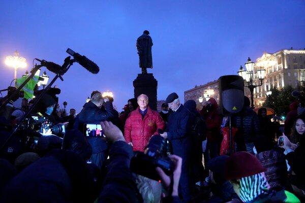 V strede líder moskovskej organizácie Komunistickej strany Ruskej federácie Valerij Raškin.