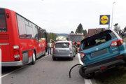 Nehoda autobusu a troch áut.