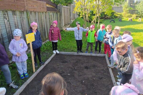 Deti si archeologické nálezisko užili.