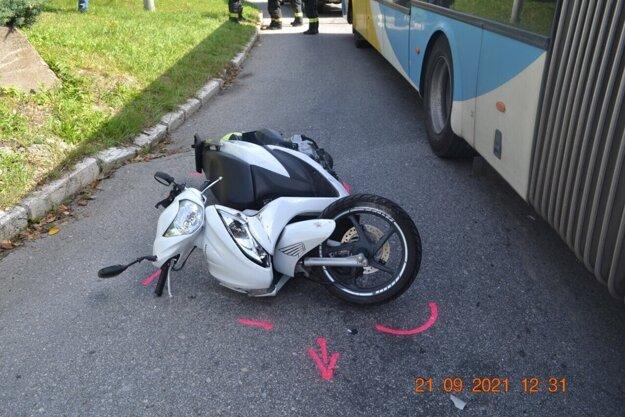 Vodič motocykla skončil v nemocnici.