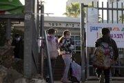Žiaci prichádzajú do školy v meste Herzlija v centrálnom Izraeli.