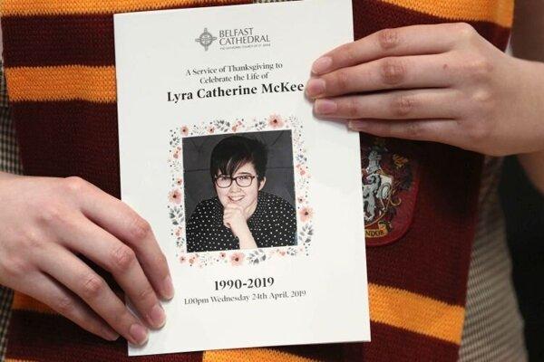 Žena prichádza na pohreb zavraždenej novinárky Lyry McKeeovej v severoírskom Belfaste v stredu 24. apríla 2019.  Dvadsaťdeväťročná McKeeová zomrela na následky zranení hlavy, ktoré utrpela vo štvrtok večer 18. apríla pri streľbe v severoírskom meste Londonderry.