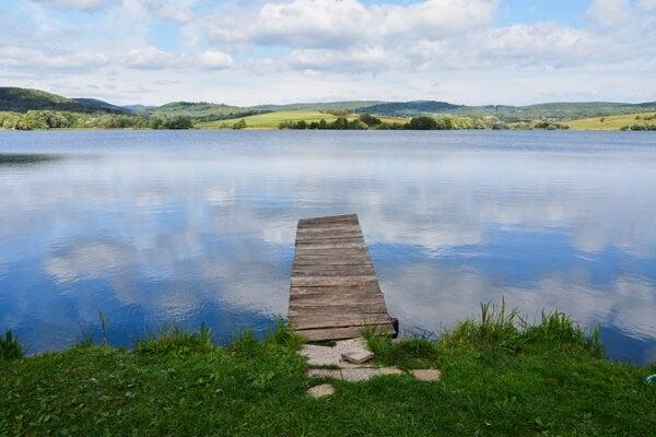 Obec Ľuboreč v okrese Lučenec chce pomôcť rozvoju cestovného ruchu pri rovnomennej vodnej nádrži. Na tento účel prenajala aj obecný pozemok pri vodnej ploche, vznikne na ňom nové ubytovanie a požičovňa športových potrieb. Na snímke vodná nádrž Ľuboreč.