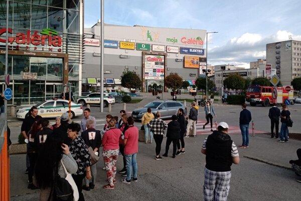 Zákazníci museli shopping centrum opustiť.
