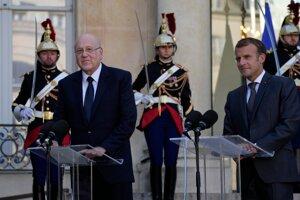 Francúzsky prezident Emmanuel Macron s libanonským premiérom Nadžíbom Mikátí.