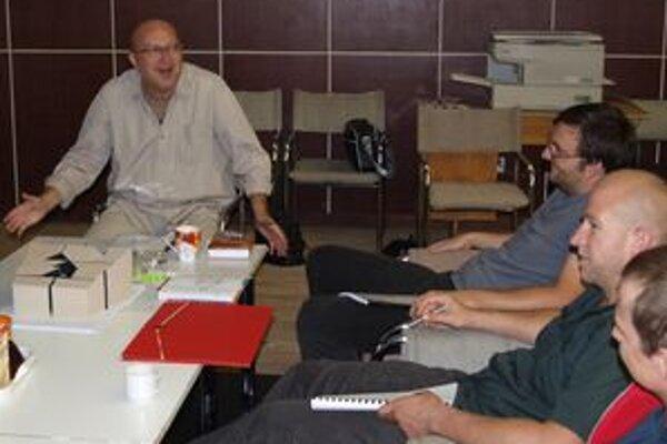 Režisér Roman Polák (vľavo) na čítačke s hercami a tvorcami hry, vpravo dramaturg Daniel Majling.
