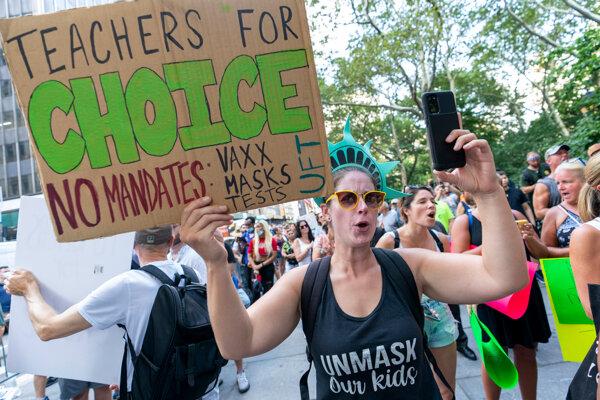 Niekoľko učiteľov v New Yorku protestovalo proti povinnému očkovaniu.