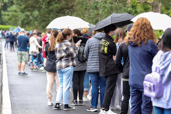 Ľudia čakajú v rade na očkovanie pred očkovacím centrom v Írskom Dubline. V krajine zaočkovali už viac ako 90 percent dospelých.