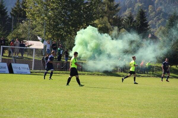 Jasenický ultras oslávil prvý gól v Nižnej aj dymovnicou.