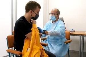 Prvú očkovaciu službu, ktorá očkuje na stredných školách, zriadili vBanskobystrickom kraji. Podobnú iniciatívu chcú zriadiť aj vTrenčianskom kraji. Na fotke očkovanie na strednej škole vo Zvolene.