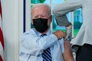 Joe Biden počas očkovania treťou dávkou vakcíny.