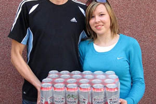 Pre kartón piva Corgoň si prišla víťazka 10. kola Alica Ševčíková zo Solčian. Prišla s frajerom Daliborom Križmom, futbalovým brankárom.