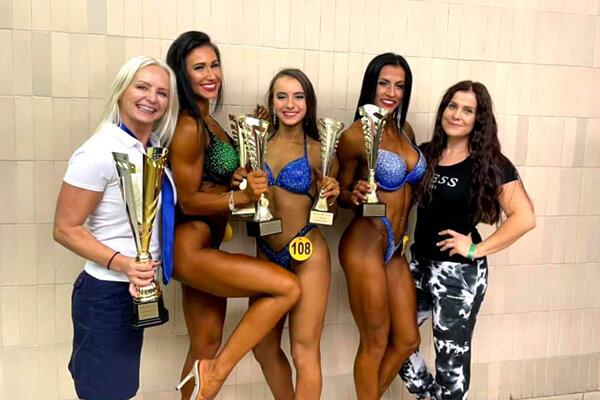 Zľava Iveta Chrťanová (hlavná trénerka, IvetFit), Natália Trgová, Paulína Melušová, Veronika Kučerová a Michaela Rizeková (trénerka N. Trgovej).