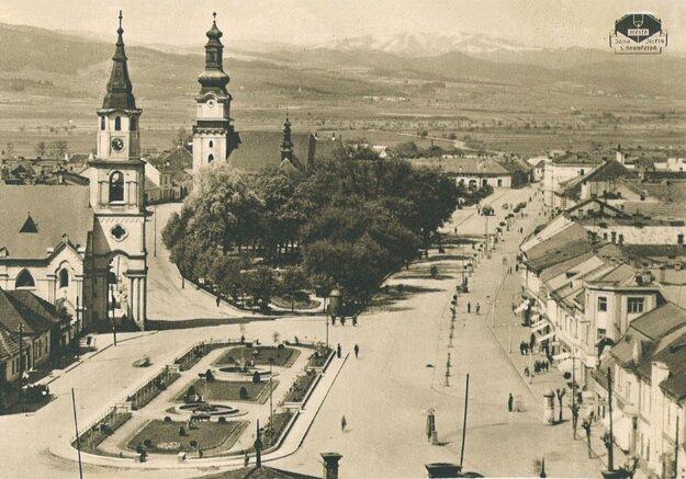 Zvolenské námestie po vydláždení a úprave parkov v 30. rokoch 20. storočia. Z výstavy Výklad vo výklade.