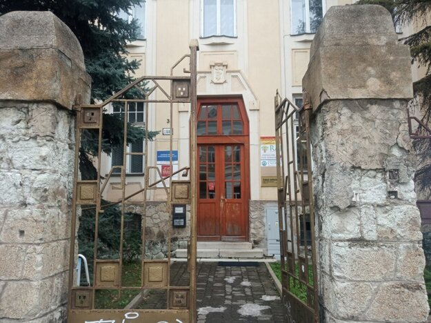 Špeciálne centrum sídli na začiatku Komenského ulice, len pár metrov od župného úradu.