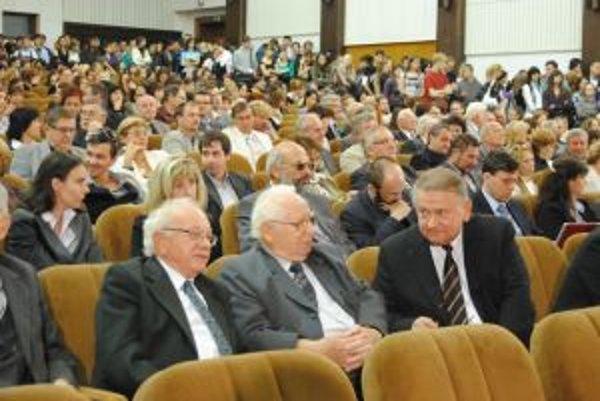 Profesor Ondrej Šedivý (v prvom rade vľavo) a emeritný rektor Daniel Kluvanec (v prvom rade vpravo).