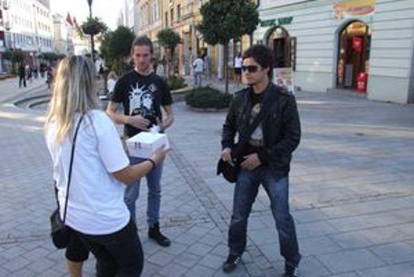 Bielu pastelku predávali v uliciach, do decembra sa dá kúpiť v strediskách únie nevidiacich.
