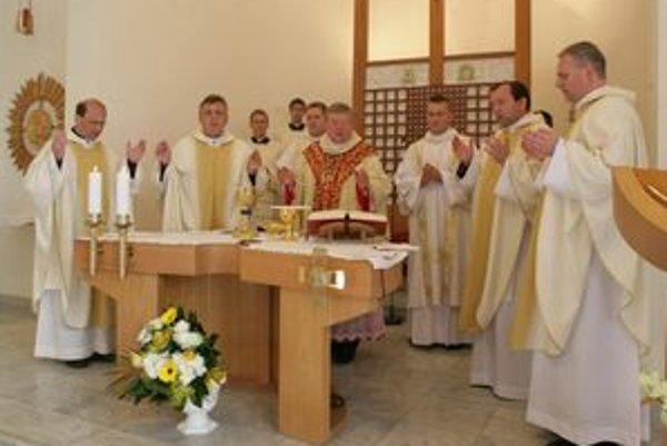 Oslavy 20. jubilea sa začali sv. omšou v kaplnke sv. Gorazda. Celebroval ju nitriansky sídelný biskup Viliam Judák.