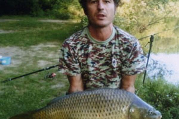 Rák je zaregistrovaný na Nitrianskom rybárskom zväze, kde našiel priateľských ľudí. Chodí na rybníky v okolí, ako sú Hangócka, Ivanka, Veľký Cetín, Jelenec, Jelšovce, Ľudovítová či Koniarovce. O rybárčení veľa číta v časopisoch.