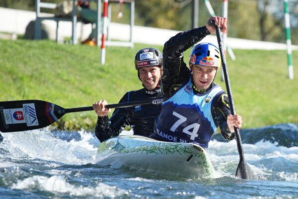 Najúspešnejší vodáci v tohtoročnej sezóne v jednej lodi: v predu strieborný kajakár z OH v Tokiu Jakub Grigar, vicemajster sveta 2021 kanoista Alexander Slafkovský.