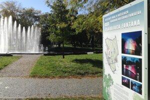Infotabule upozorňujú návštevníkov na významné body v parku.