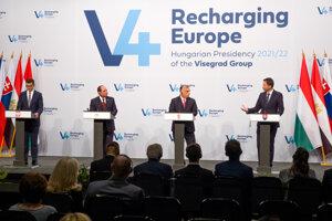 Predseda vlády SR Eduard Heger (vpravo) na tlačovej konferencii na 2. summite predsedov vlád krajín Vyšehradskej štvorky.
