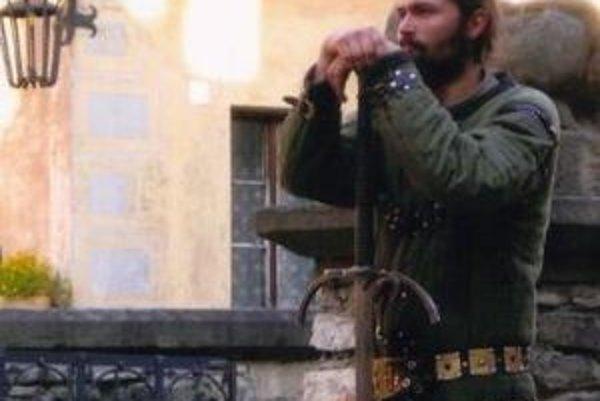 Pavel Francúz v dobovom oblečení ako šermiar.