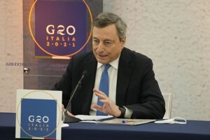 Taliansky premiér Mario Draghi hovorí počas tlačovej konferencie na konci virtuálneho summitu krajín skupiny G20 o Afganistane.