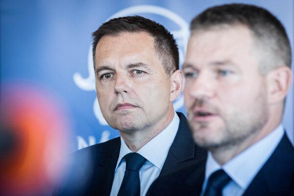 Vtedajší premiér Peter Pellegrini uvádza Petra Kažimíra do funkcie guvernéra NBS.