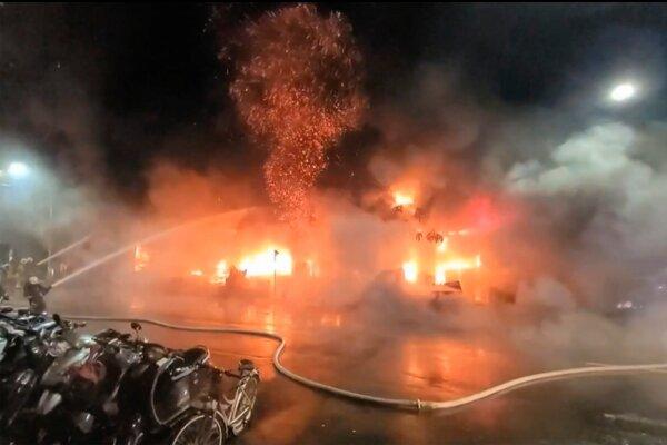 Do boja s plameňmi bolo nasadených vyše 150 hasičov.