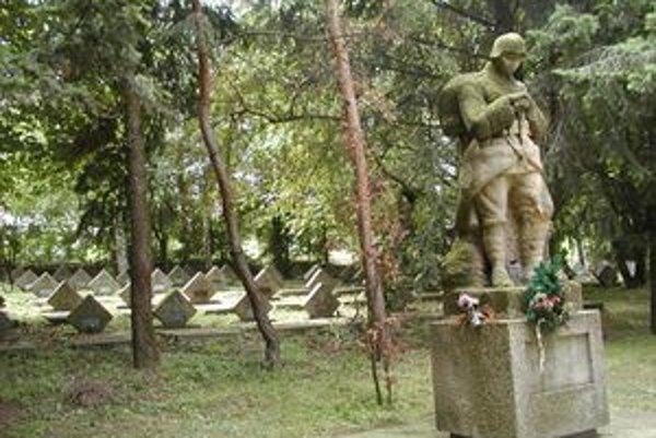 Socha neznámeho vojaka je na cintoríne od roku 1924. Jej autorom je Július Bártfay.
