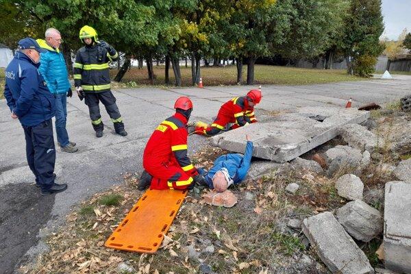 Na Lešti cvičili hasiči, prišiel medzi nich aj štátny tajomník ministerstva vnútra Vendelín Leitner.