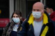 Ľudia s rúškami na tvárach počas pandémie koronavírusu.