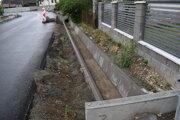 Cestné rigoly v obci Pichne sú už opravené. Záber je z tohtoročného júla.