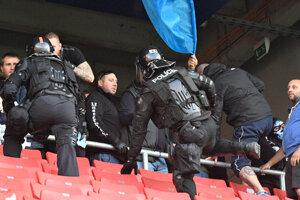 Zásah polície počas zápasu Spartak Trnava - Slovan Bratislava.