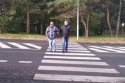 Duo nevidiacich figurantov Stanislav Kupka a Marián Kováč začalo plniť úlohu na priechode v Čadci.