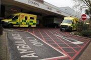 Sanitky parkujú pred urgentným príjmom nemocnice Charing Cross v Londýne.