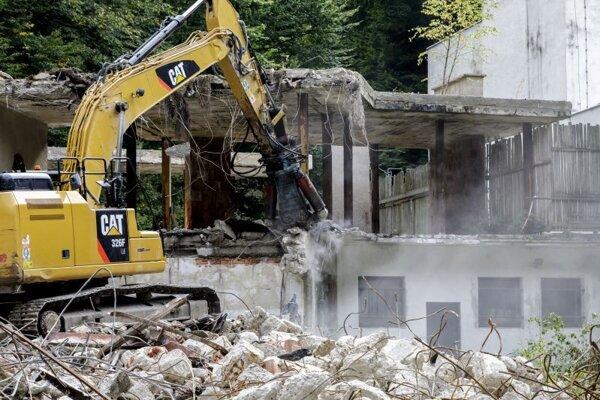 Odstraňovanie skeletu bývalej výletnej reštaurácie Snežienka v rekreačnej lokalite na Železnej studničke.