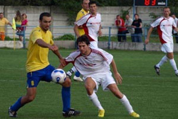 Palárikovo doma prehralo 0:3. Body brali futbalovejší Seredčania (v bielom).