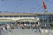 Tureckí vojaci stoja pred súdom vo väzenskom komplexe, kde prebieha proces s prominentným filantropom Osmanom Kavalom a 15 ďalšími obžalovanými podozrivými z pokusu o prevrat v roku 2013 v tureckom meste Silivri pri Istanbule 24. júna 2019.