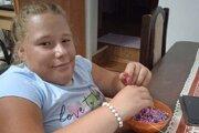 Bianka sa napriek svojmu hendikepu usmieva a všetky náramky vyrába s láskou.