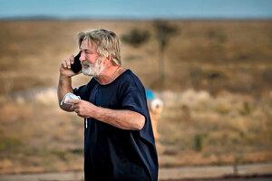 Herec Alec Baldwin telefonuje po tom, ako ho vypočuli v úrade šerifa okresu Santa Fe.
