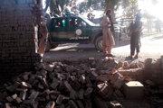 Bojovníci Talibanu na mieste výbuchu.