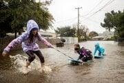 Deti šantia na zaplavenej ulici Robin Road v kalifornskom Mill Valley.