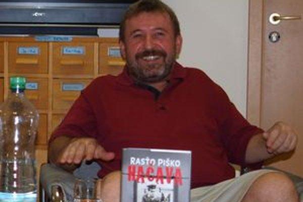 Rasťo Piško dal svoju novú knihu aj českému režisérovi Filipovi Renčovi.