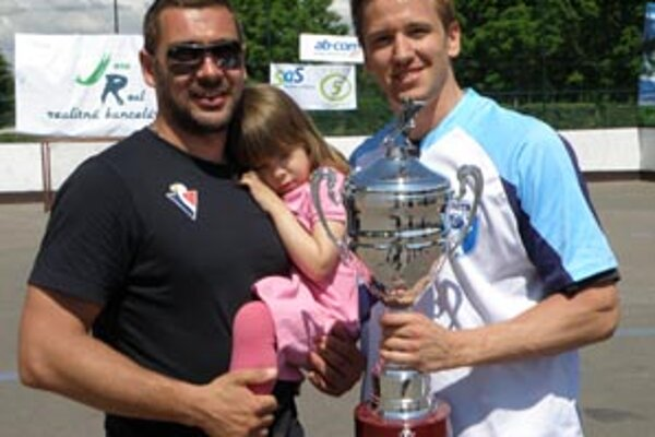 Erik Čaládi (vpravo) preberá víťaznú trofej z rúk Jozefa Kováčika.