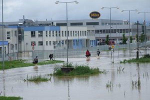 Voda dnes zaplavila aj priemyselný park vo Vrábľoch.